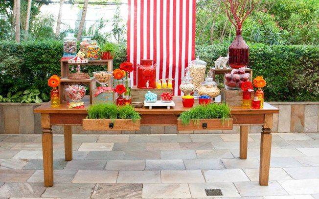 A segunda peça da mesa circense da Auguri é externa e conta com mais itens de decoração, como vasos de flores entre os doces. Foto: Divulgação