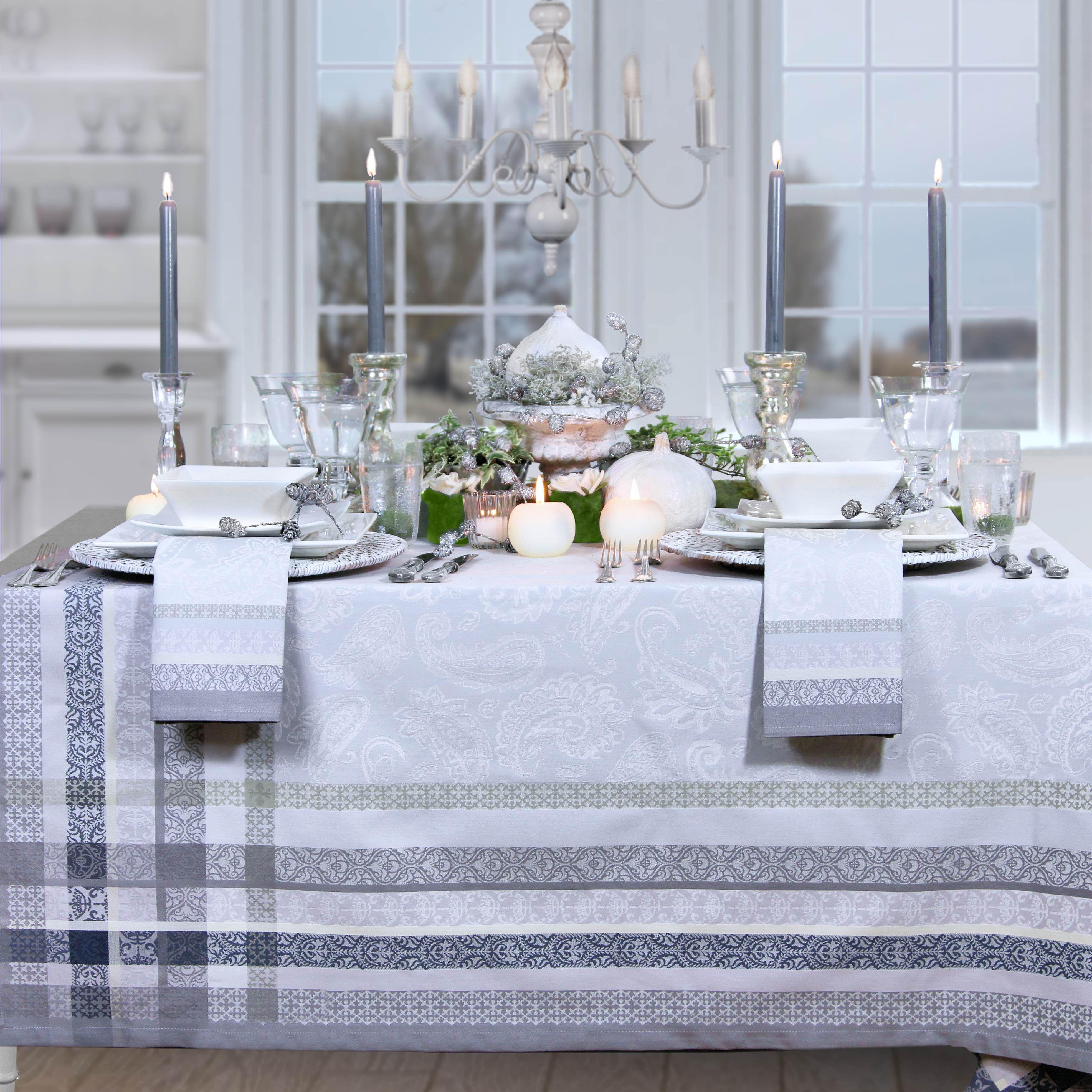 Festlich gedeckter Tisch mit Jacquard Tischdecke im französischen ...