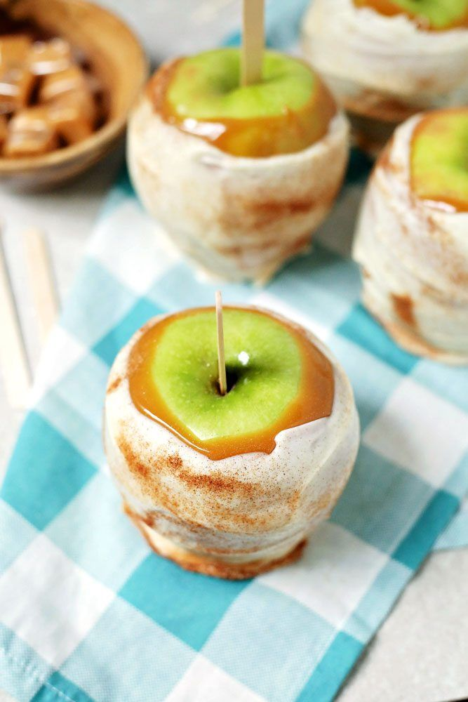 Disney Copycat Apple Pie Caramel Apples Recipe: This Apple Pie Caramel Apple is just like the expensive ones at Disney World. #copycatrecipe #disneyrecipe