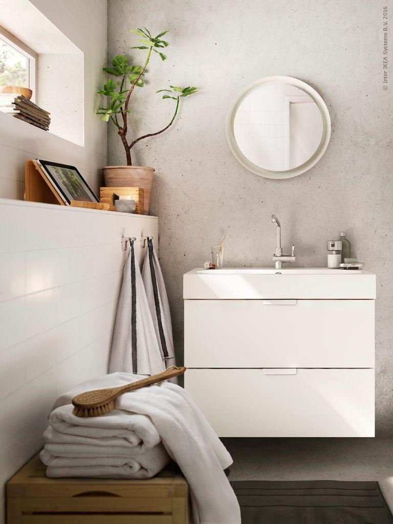 En vägghängd GODMORGON kommod har mjukstängande lådor och gott om plats. Till det passar ett generöst tvättställ som BRÅVIKEN.