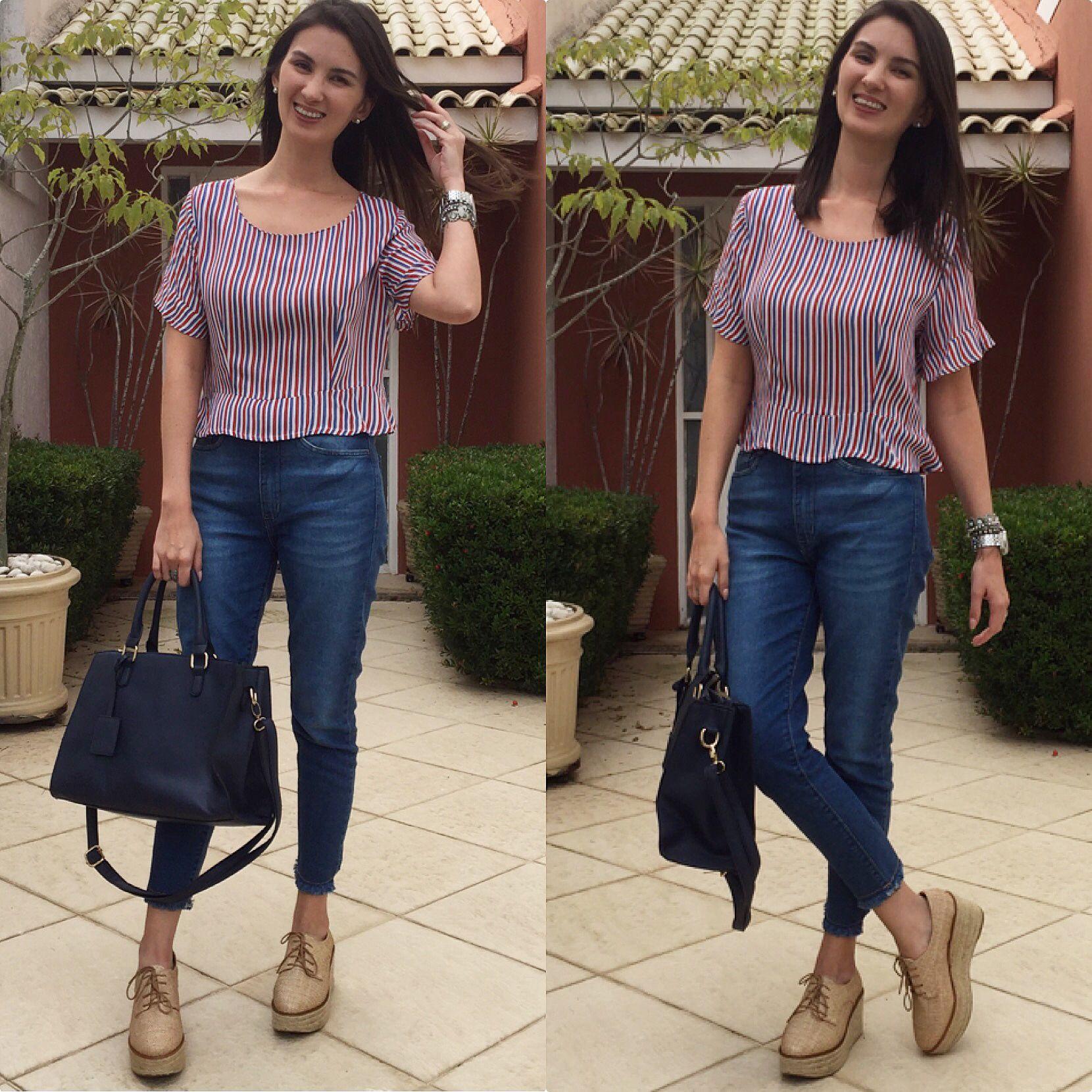 7b10366aedc647 Look com calça jeans, cropped listrado, flatform e bolsa azul ...