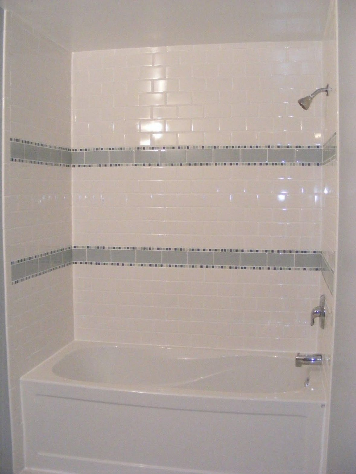 Bathroom amusing bath tile ideas beautiful gloss white for Small bathroom ideas with tub
