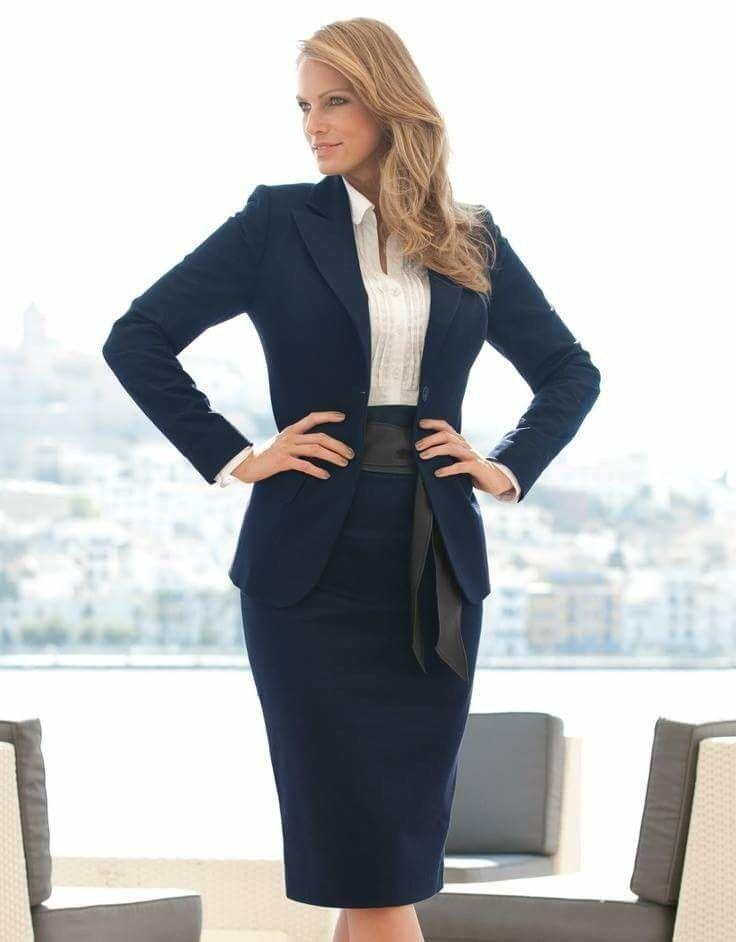 En el ámbito formal ejecutivo, el color de la blusa debe ser más claro que el del traje sastre.