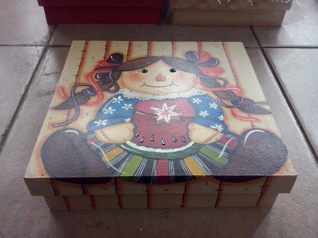 Caja de madera y pintada en acrílico, por Laura Escobar