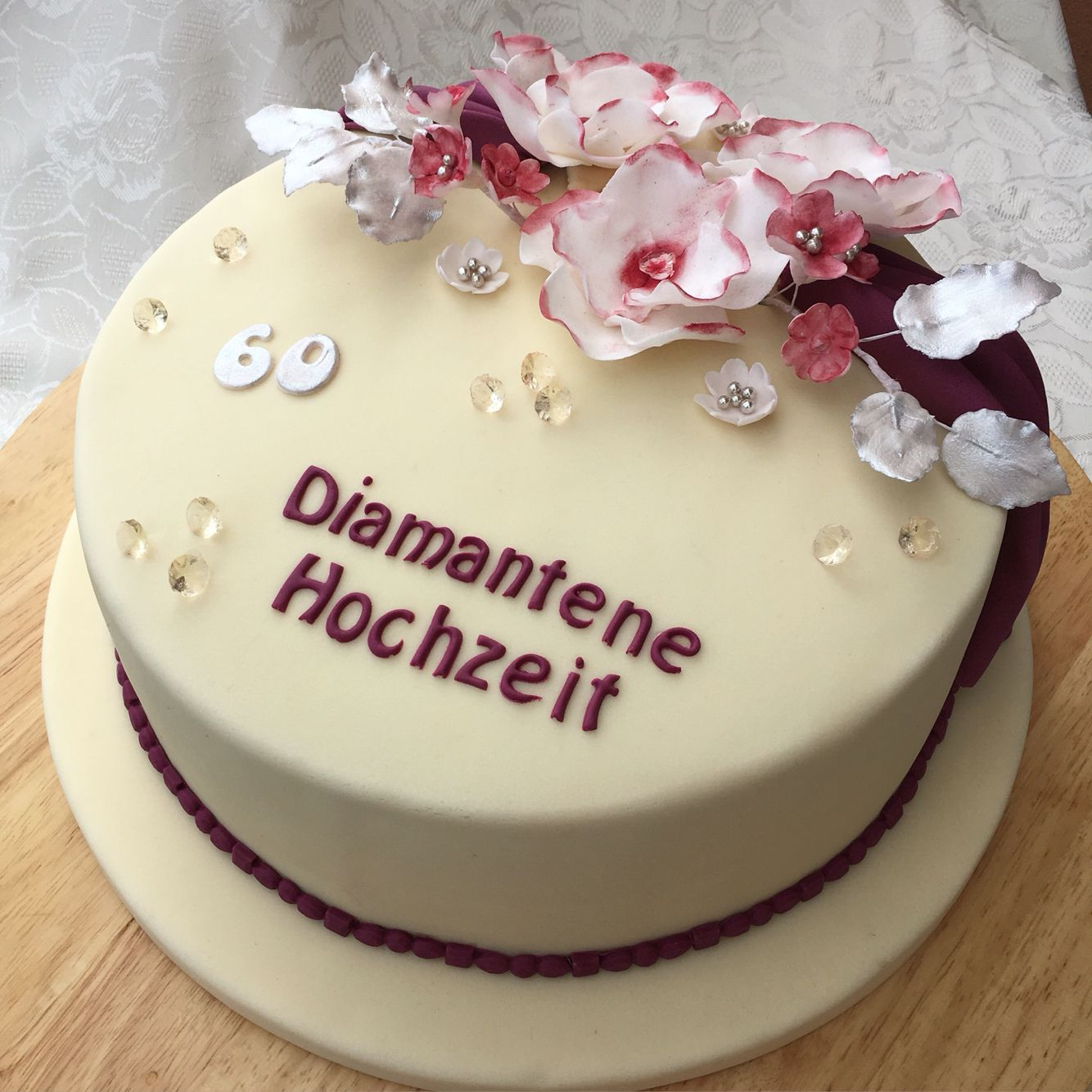 Heute Zum Valentinstag Wird Auch Eine Diamantene Hochzeit Gefeiert Auf Der Kaffeetafel Gab Es Dann Eine Torte Mit Diamantene Hochzeit Hochzeit Hochzeit Feiern
