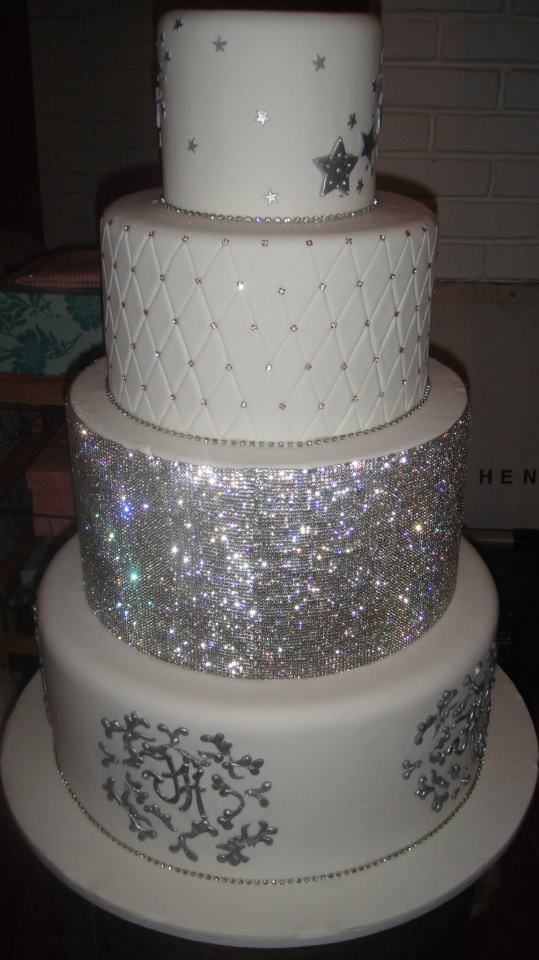 how to make a bling wedding cake stand now that s a blinged out wedding cake wedding cake 15792