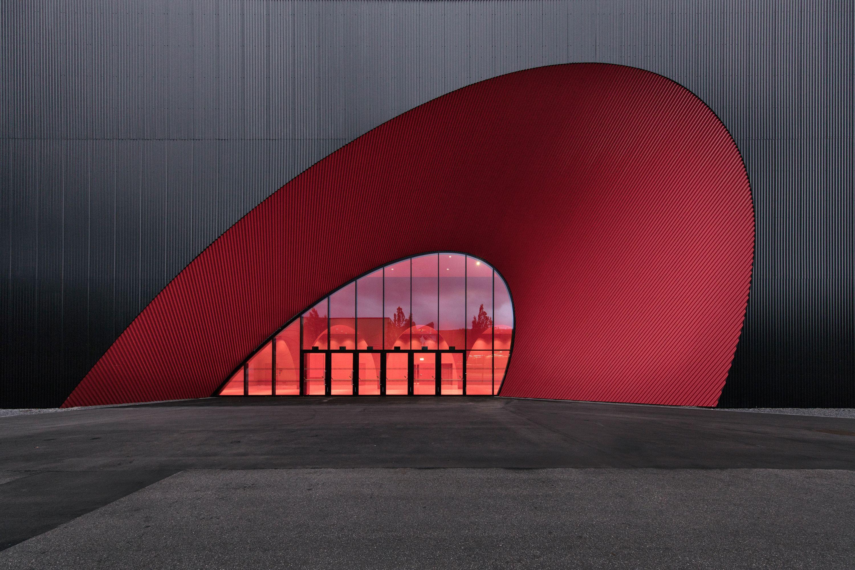 Licht Unterstreicht Expressive Architektur Der Neuen Messe Dornbirn Architektur Gewerbearchitektur Minimalistische Architektur