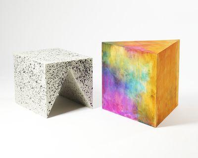 Bijzettafel uit de PRISM serie van Frederik Paulsen De 2 delen worden gebruikt in een verscheidenheid van configuraties. PRISM is handgemaakt en Paulsen kleurt al het hout in zijn atelier Stockholm. Deze techniek maakt elk object uniek - 986 EUR