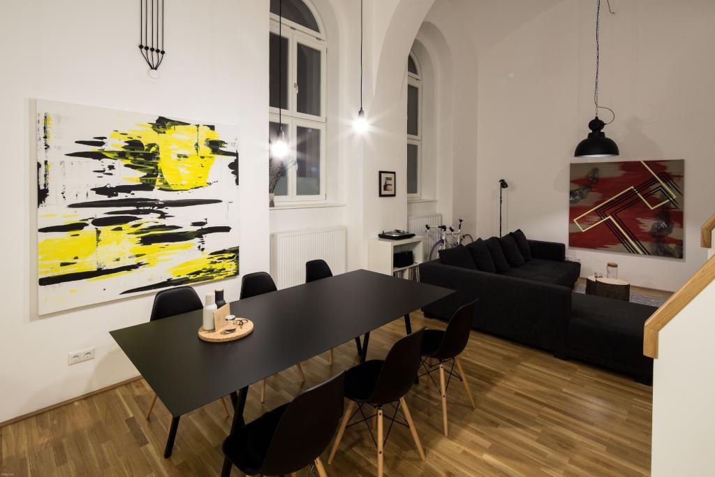 Dunkle Möbel, helle Wände - Esszimmereinrichtung in Linzer WG