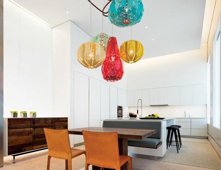 Loft Interieur mit schlichtem Design - Die weiße, moderne Küche ...