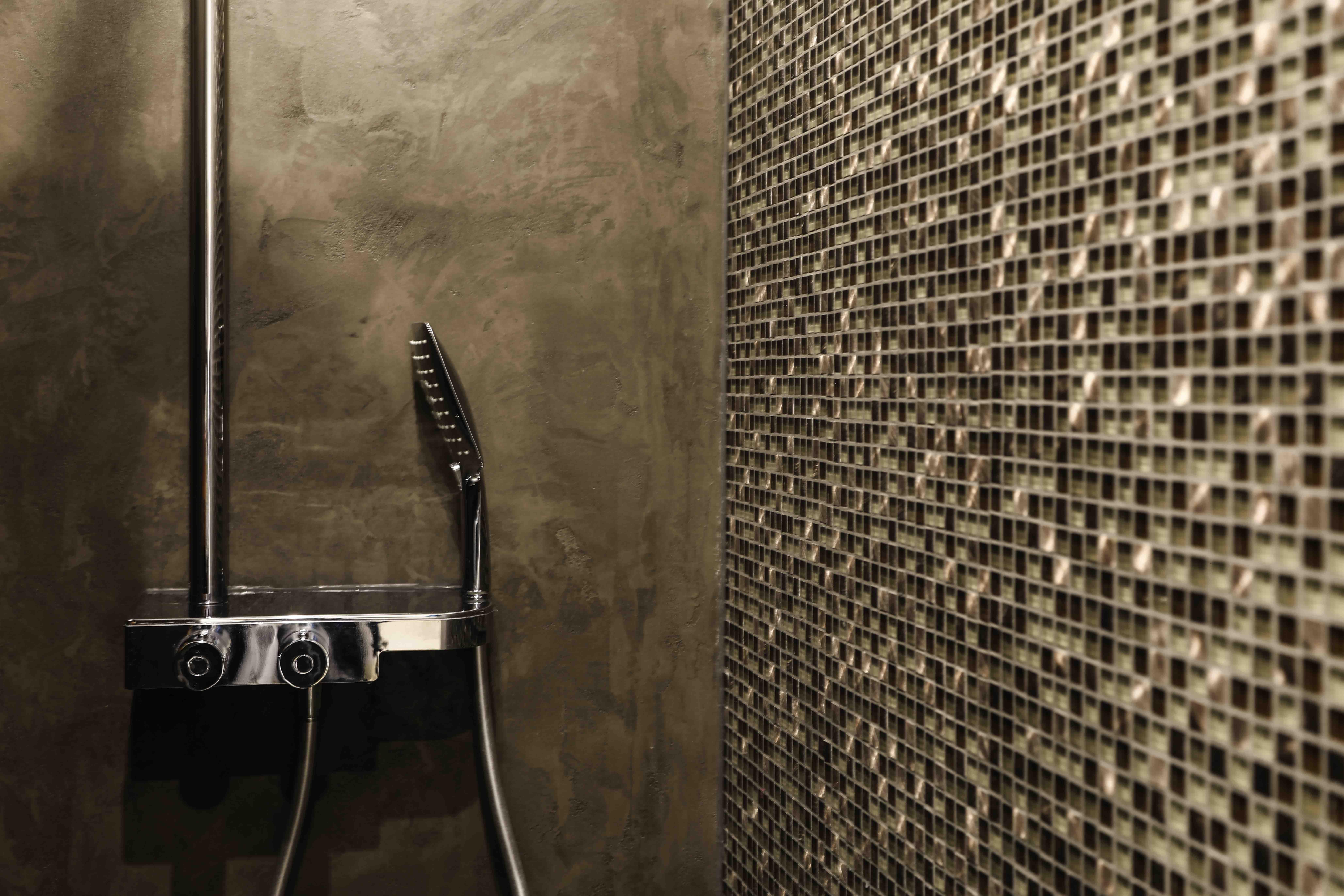 Prachtige combinatie van een Decostuc wand en mozaïek stenen van ...