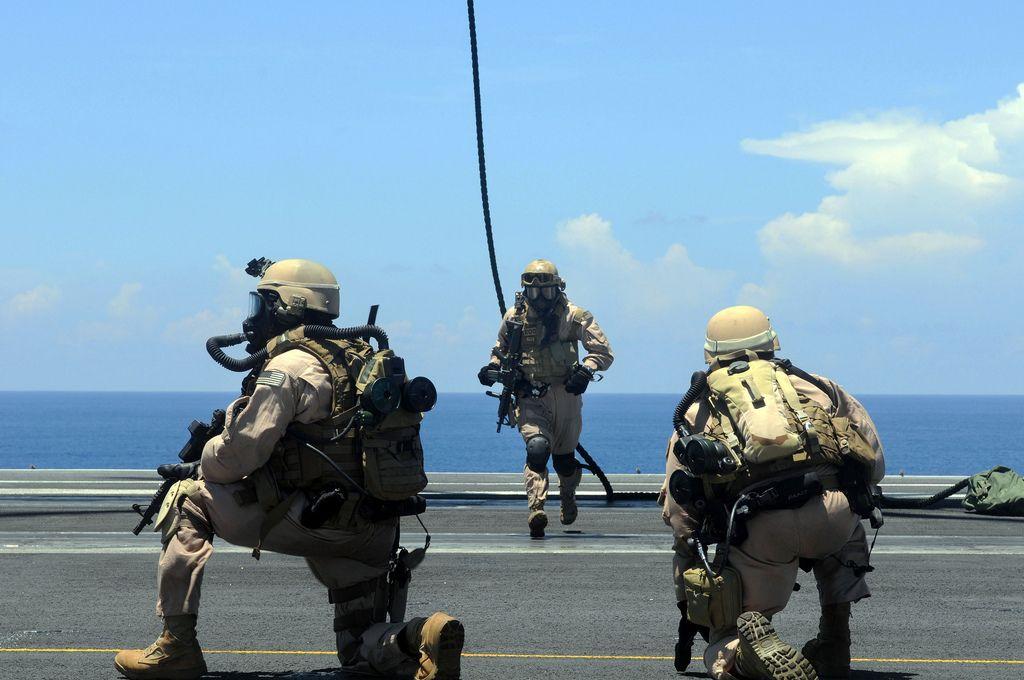 US Navy EOD Mobile Unit PACIFIC OCEAN (June 12, 2009) A member of ...