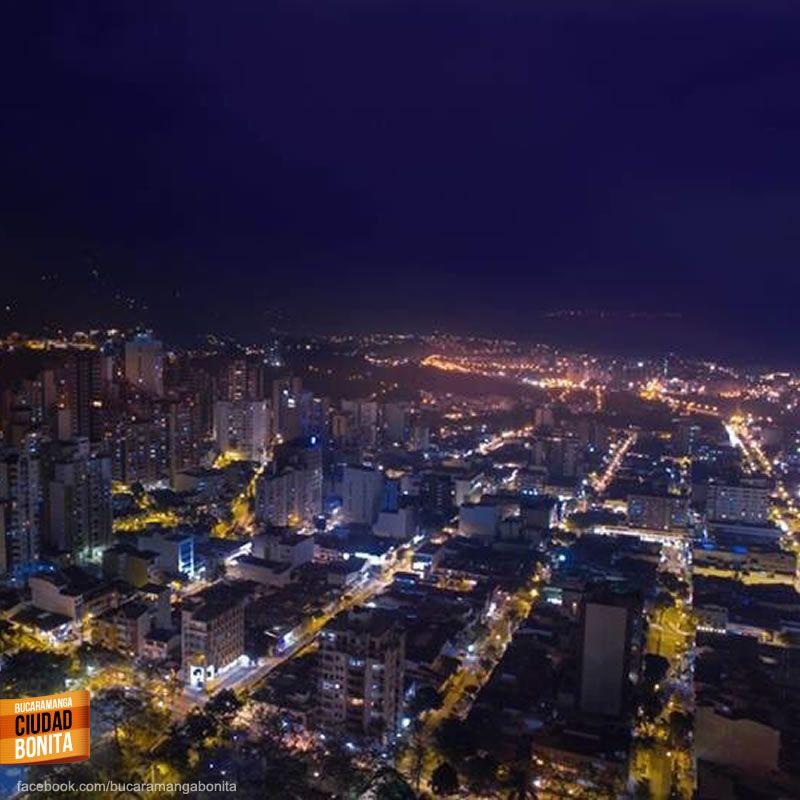 Qué hermosas son las noches en Bucaramanga, gracias a nuestros amigos de @AmoABucaramanga por compartir esta foto #nochesBUC