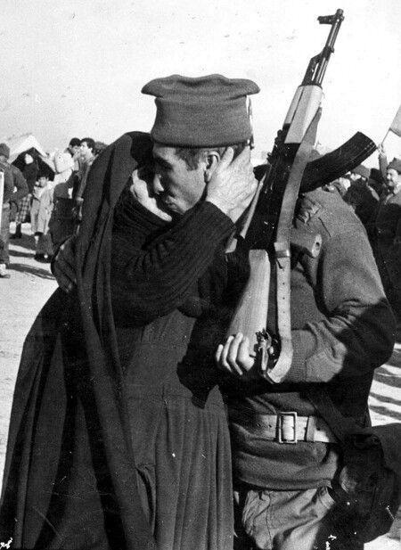 من الصور المؤلمة أم عراقية كبيرة في السن تودع ولدها وهو احد افراد الجيش الشعبي في احد قواطع التوديع ولايعلم الاالله هل التقت Baghdad Iraq Baghdad Iraq
