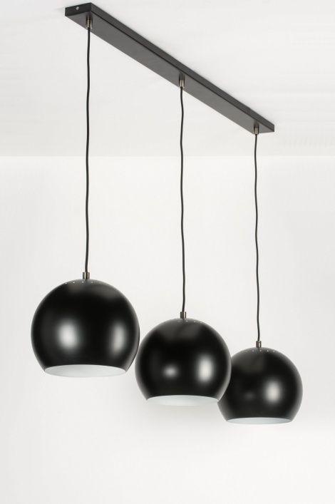 art 72161 Deze strakke, moderne hanglamp is voorzien van drie bollen. Elke bol is uitgevoerd in een mat zwarte kleur.https://www.rietveldlicht.nl/artikel/hanglamp-72161-modern-retro-metaal-zwart-mat-rond-langwerpig