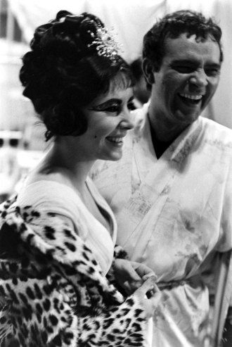 Not Published In Life Elizabeth Taylor And Richard Burton Share A Laugh On The Set Of Cl Elizabeth Taylor Elizabeth Taylor Cleopatra Liz Taylor Richard Burton