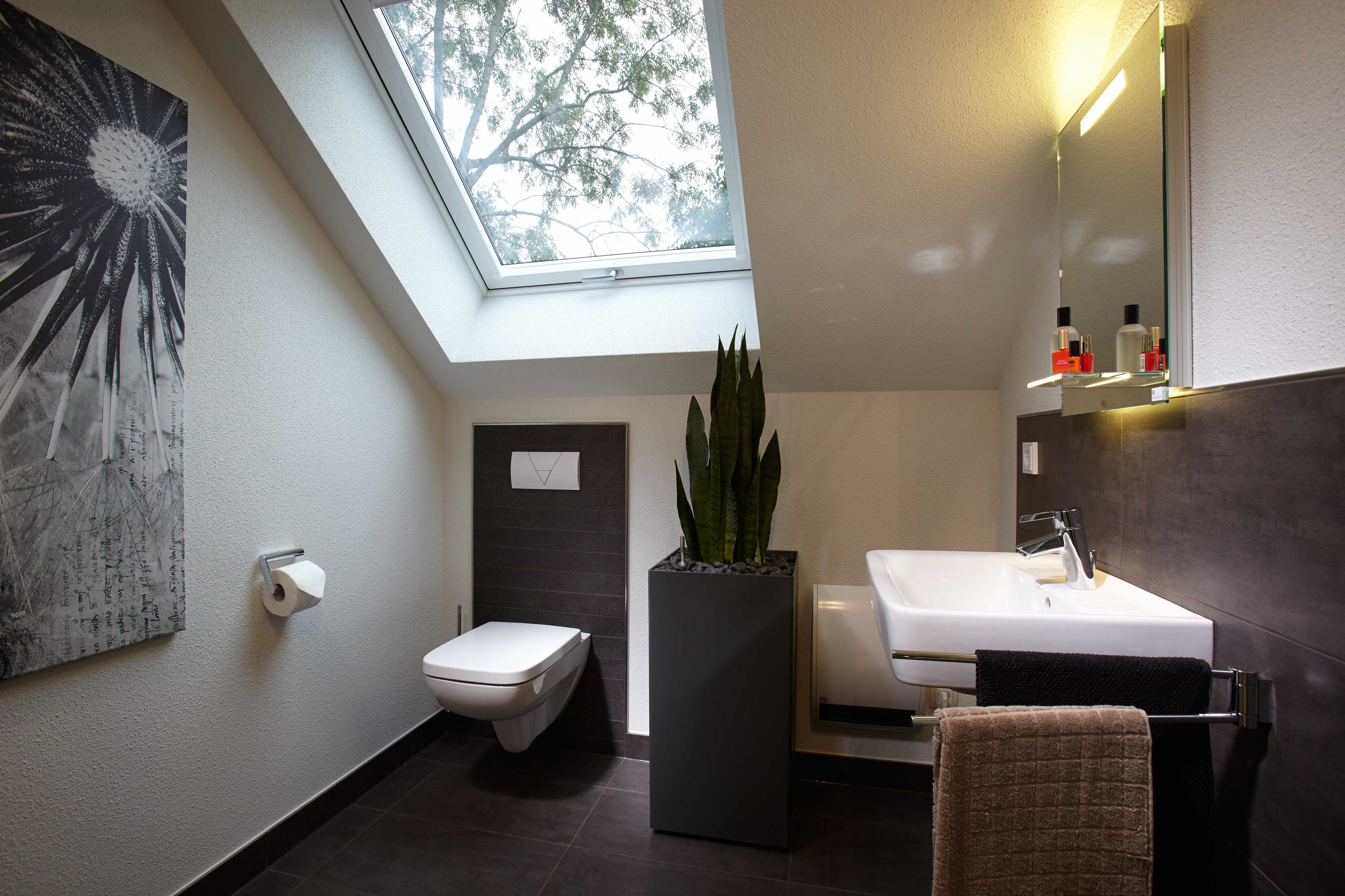 Wohnidee Gaste Wc Mit Grauen Fliessen Und Dachfenster In 2020 Badezimmer Klein Fingerhaus Musterhaus