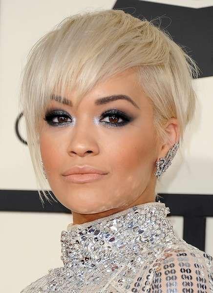 Rita Ora hat sich extra für die Grammys einen schicken, asymmetrischen Bob schneiden lassen. Das Platin-Blond passt dabei bestens zu ihrem silbernen Pailletten-Kleid.