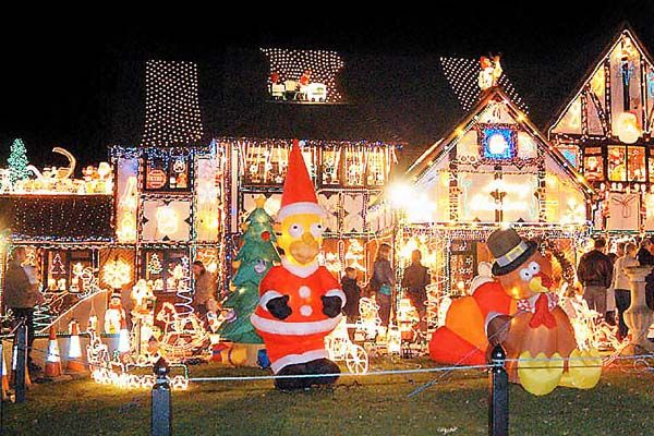 10 Amazing Houses With Christmas Light Displays