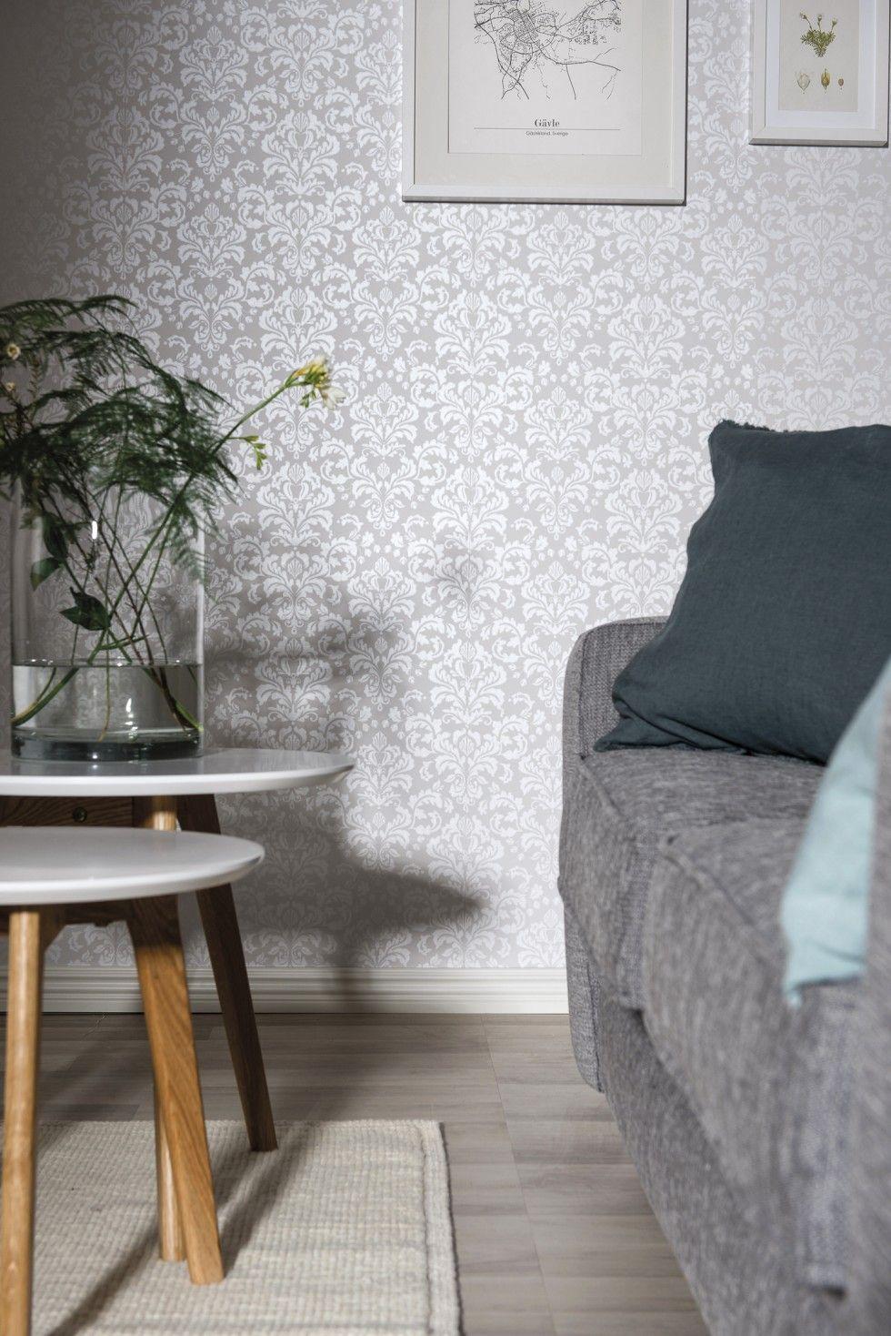 38c799ad Hva synes du om tapet i skandinavisk damask? Skaper en elegant stemning på  stua. Fin metallgrå farge. #bolig #stue #interiør #hjem
