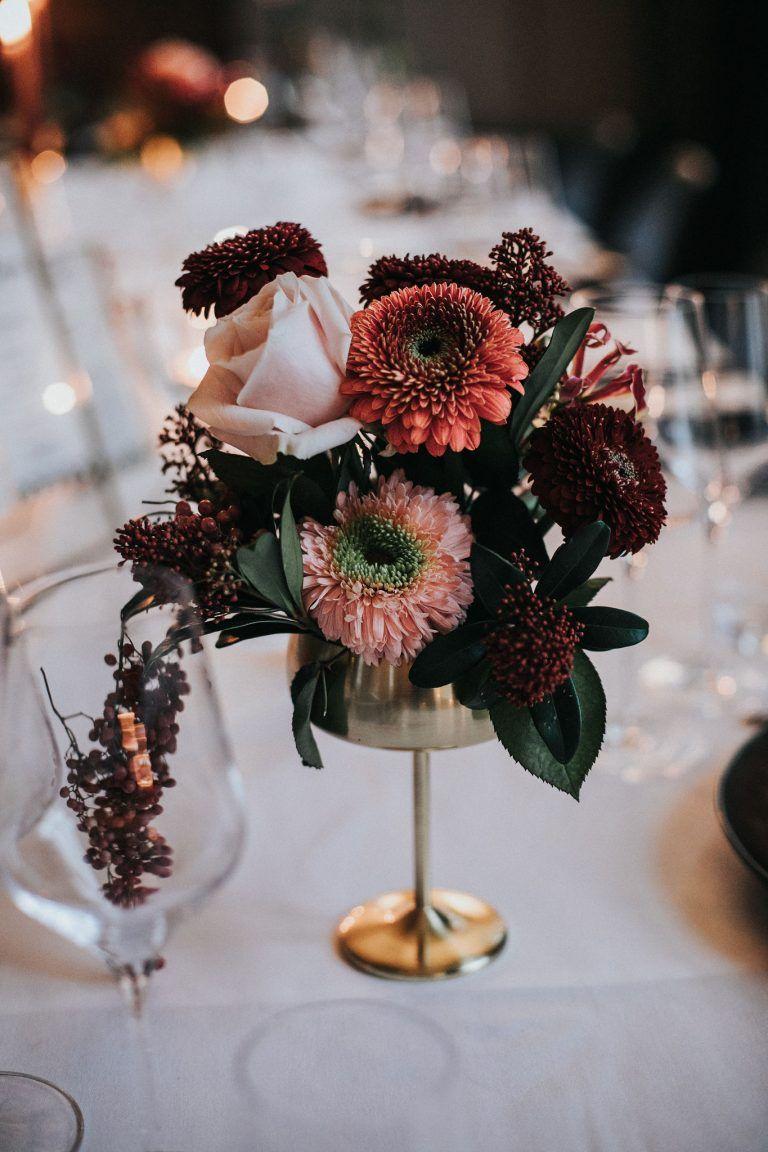 Moody Elegance   Tischdeko blumen, Hochzeitstafel blumen ...