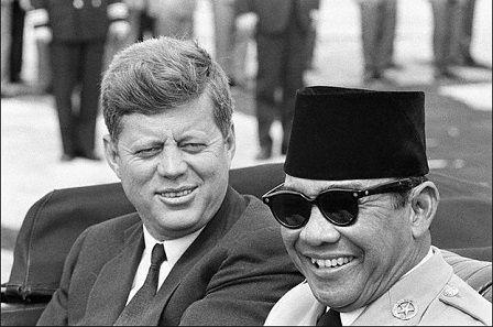 De eerste president van Indonesië, dat was Soekarno. De president van de USA zit naast Soekarno.