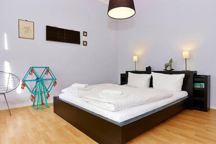 Schlafzimmer Berlin ~ Sytlische schlafzimmer mit großem dunklem bett apartment in