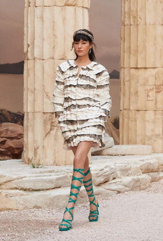 """Look 28 - CHANEL Cruise 2017-18 in Paris : """"The Modernity of Antiquity"""", an ideal vision of Ancient Greece as imagined by #KarlLagerfeld #Chanel #ChanelCruise   Visit espritdegabrielle.com L'héritage de Coco Chanel #espritdegabrielle"""