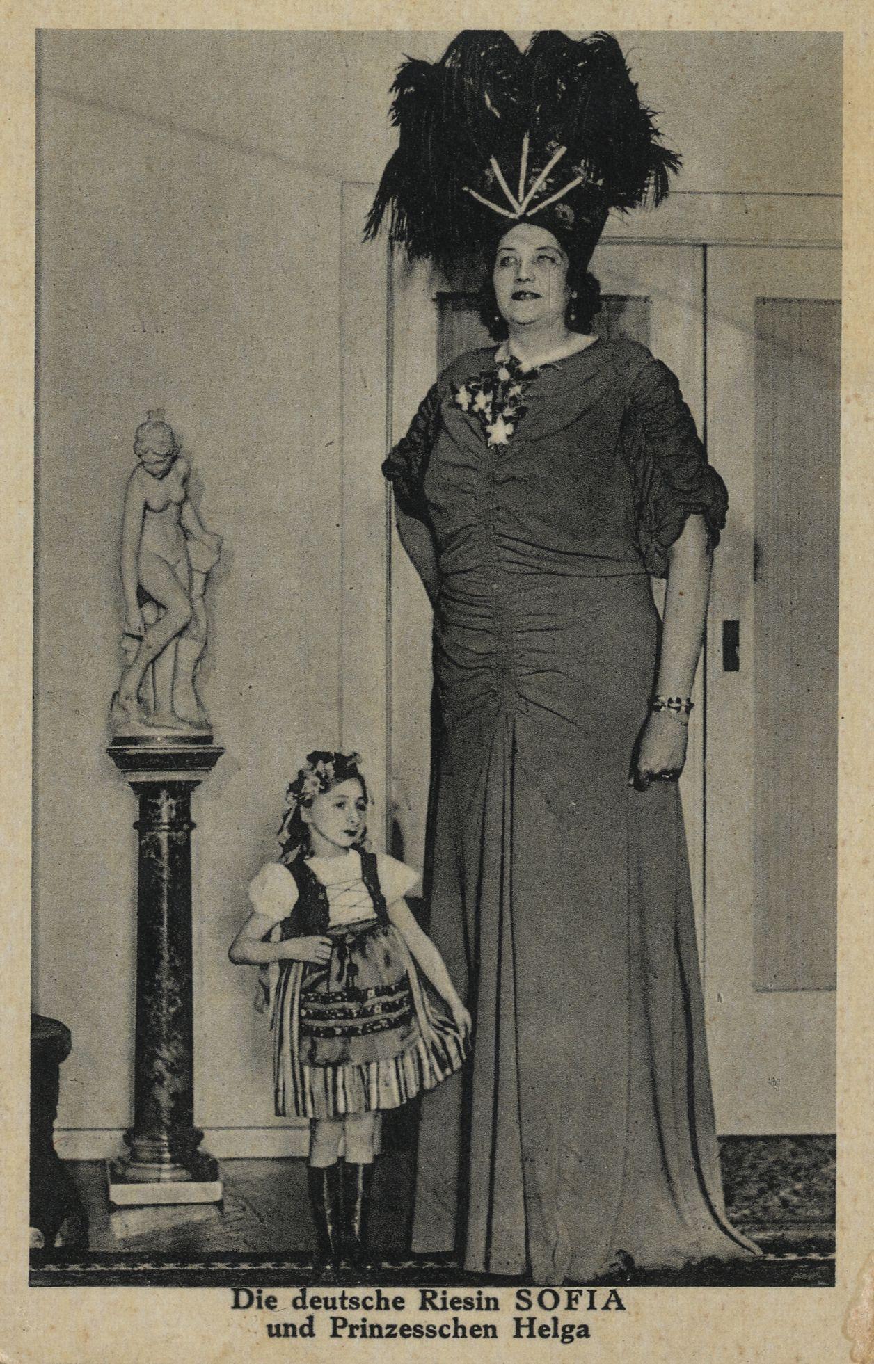 Jane Bunford Die Deutsche Riesin Sofia Und Prinzesschen Helga