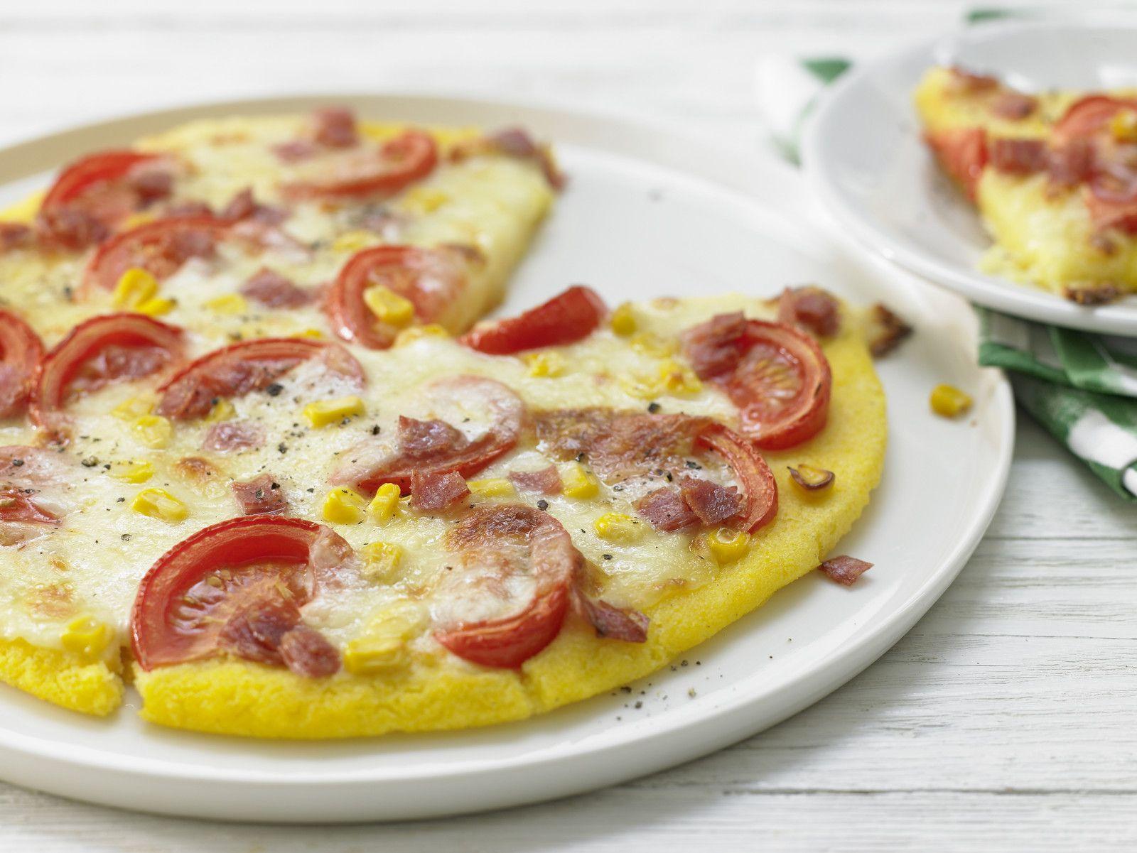 Der saftige goldgelbe Maisteig macht dem klassischen Pizzaboden echte Konkurrenz! Polenta-Pizza - Für 1 Erw. und 1 Kind (1–6 Jahre) - smarter - Kalorien: 445 Kcal - Zeit: 25 Min.   eatsmarter.de