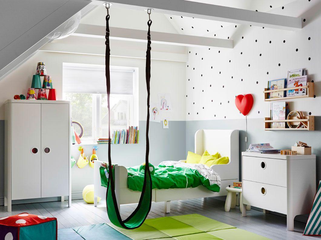Spectacular Ein Kinderzimmer mit ausziehbarem BUSUNGE Bettgestell in Wei einem Kleiderschrank und einer Kommode