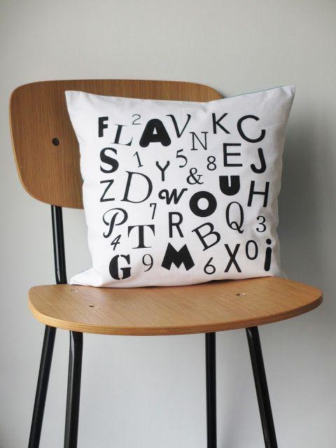 DIY - Coussin à motif façon caractères d'imprimerie réalisé à la peinture textile et au pochoir / Letterpress pattern cushion with fabric paint and stencil