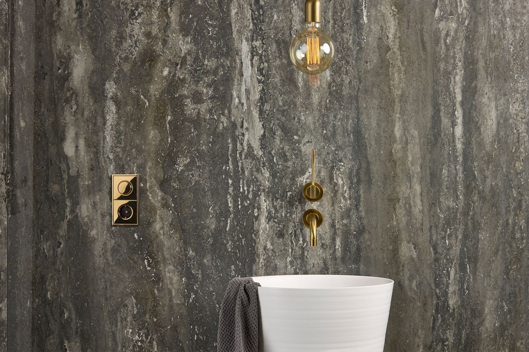 Puro lujo hotel: lavabo, accesorios y luminarias tienen un toque de diseño industrial. El LS 990 chapado en oro regulador giratorio desde JUNG está en contraste con esta emocionante. #styleguide #luxury #inspiration #feauturehighlight #bathroom #hospitality