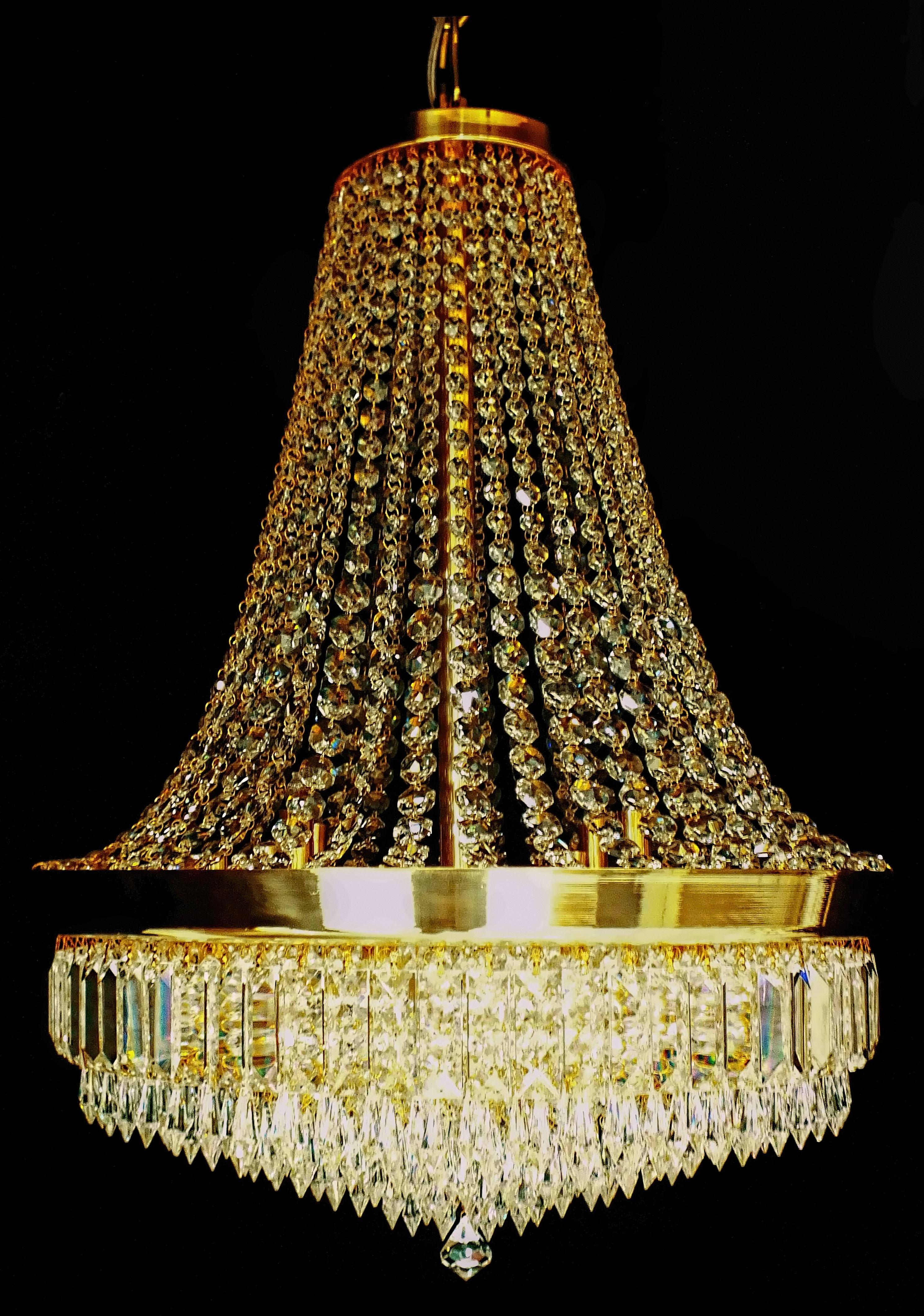 Pendente Nantes em latão com acabamento brilho e cristais ASFOUR (Egito - 30% PbO). Mede 55cm de diâmetro x 70cm de altura. Acompanha 01 metro de corrente e canopla de teto no mesmo material e acabamento. Gravatinhas e argolinhas entre os cristais banhadas a Ouro 24K. Sugestões de uso: salas de estar e jantar, halls. #lustres #pendente #lustredecristal #chandelier #mundodasluminarias
