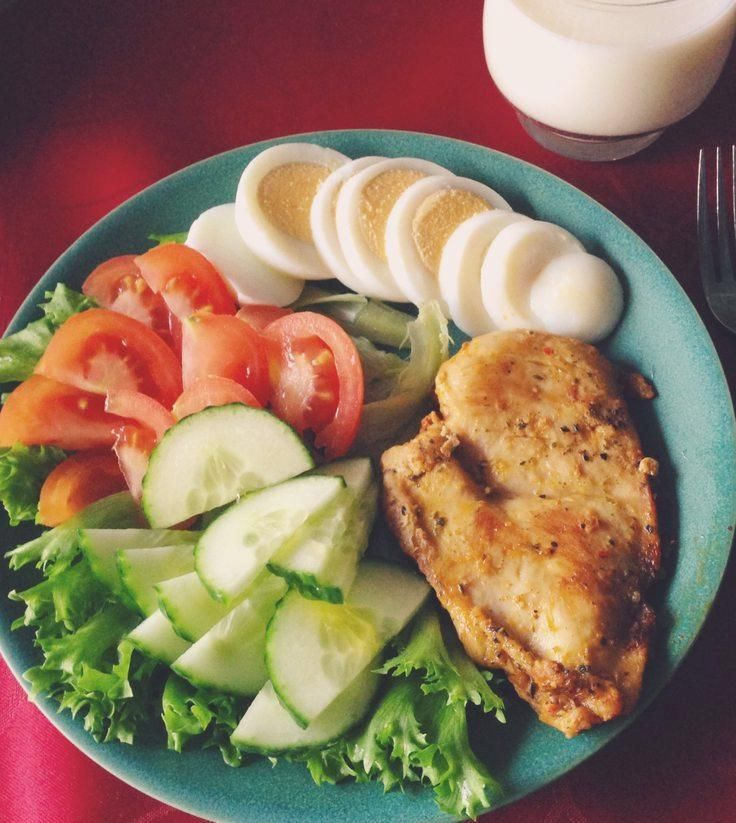 Yummy Salty ↠ Hähnchenbrust, gekochtes Ei, Salat, Tomate und Gurke #healthyf ... #diet #paleo #paleodiet #salty