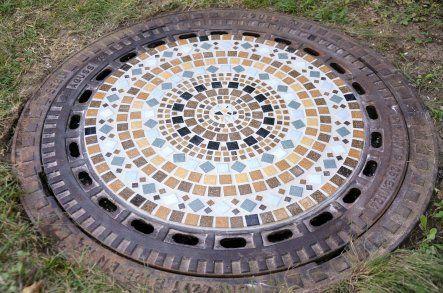 Kanaldeckel Im Garten Verschönern bei hässlichen gullideckeln auf dem grundstück hilft nur eine mosaik