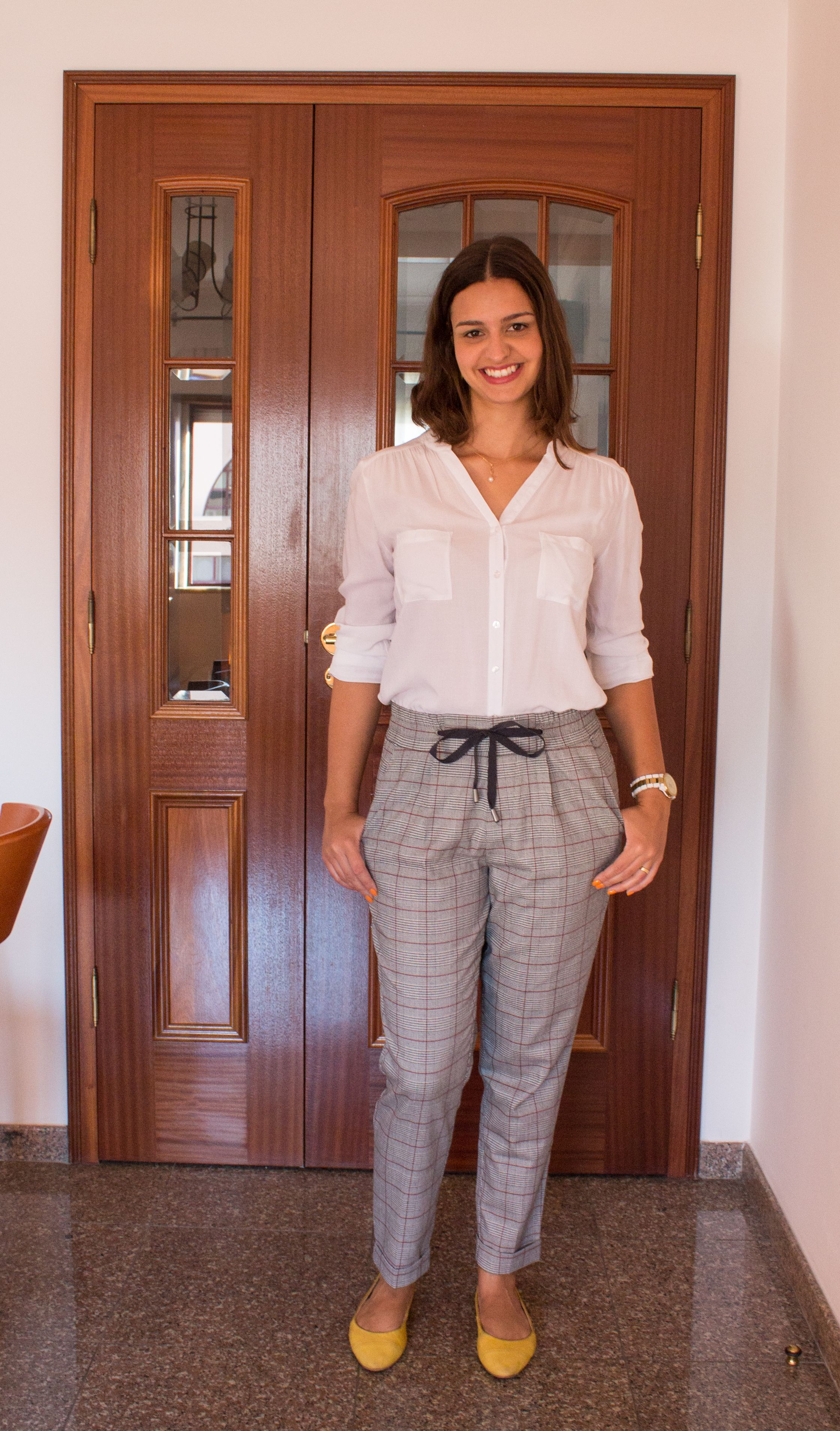Calça pijama xadrez, camisa branca e sapatilha amarela/ plaid pants, white shirt, yellow shoes