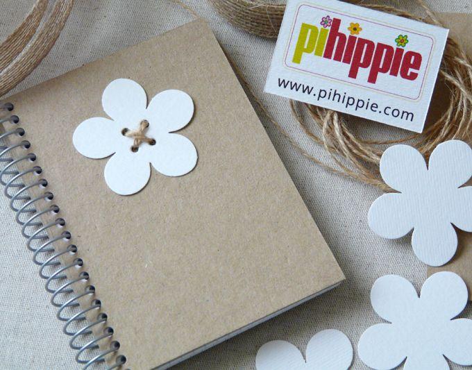 Libretas artesanales personalizadas. Libreta con flor. La personalización irá en la bolsa de celofán que contiene la libreta mediante una etiqueta adhesiva personalizable de 4 x 4 cm. http://www.pihippie.com/p/blog-page_25.html