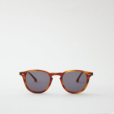 An oval frame best suited to broad round and square faces, the Mayhew is composed of Red Havana cellulose acetate from Northern Italy.