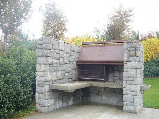 Barbecue con cappa in cor ten incassata in struttura di for Kit caminetto per portico