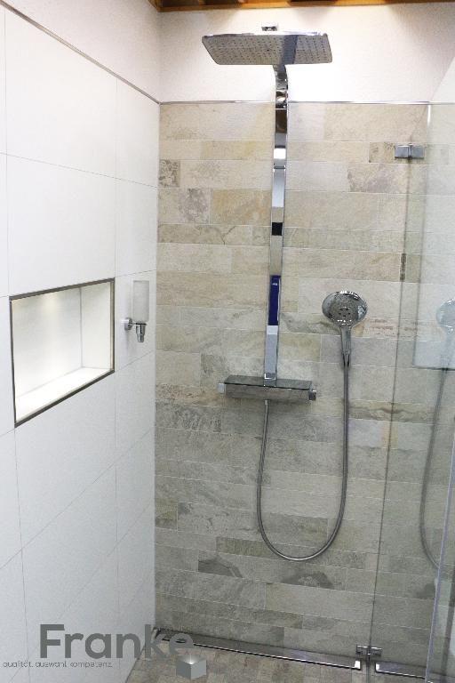 Fliesen in einem Natur Stonmix mit einer Duschtrennwand