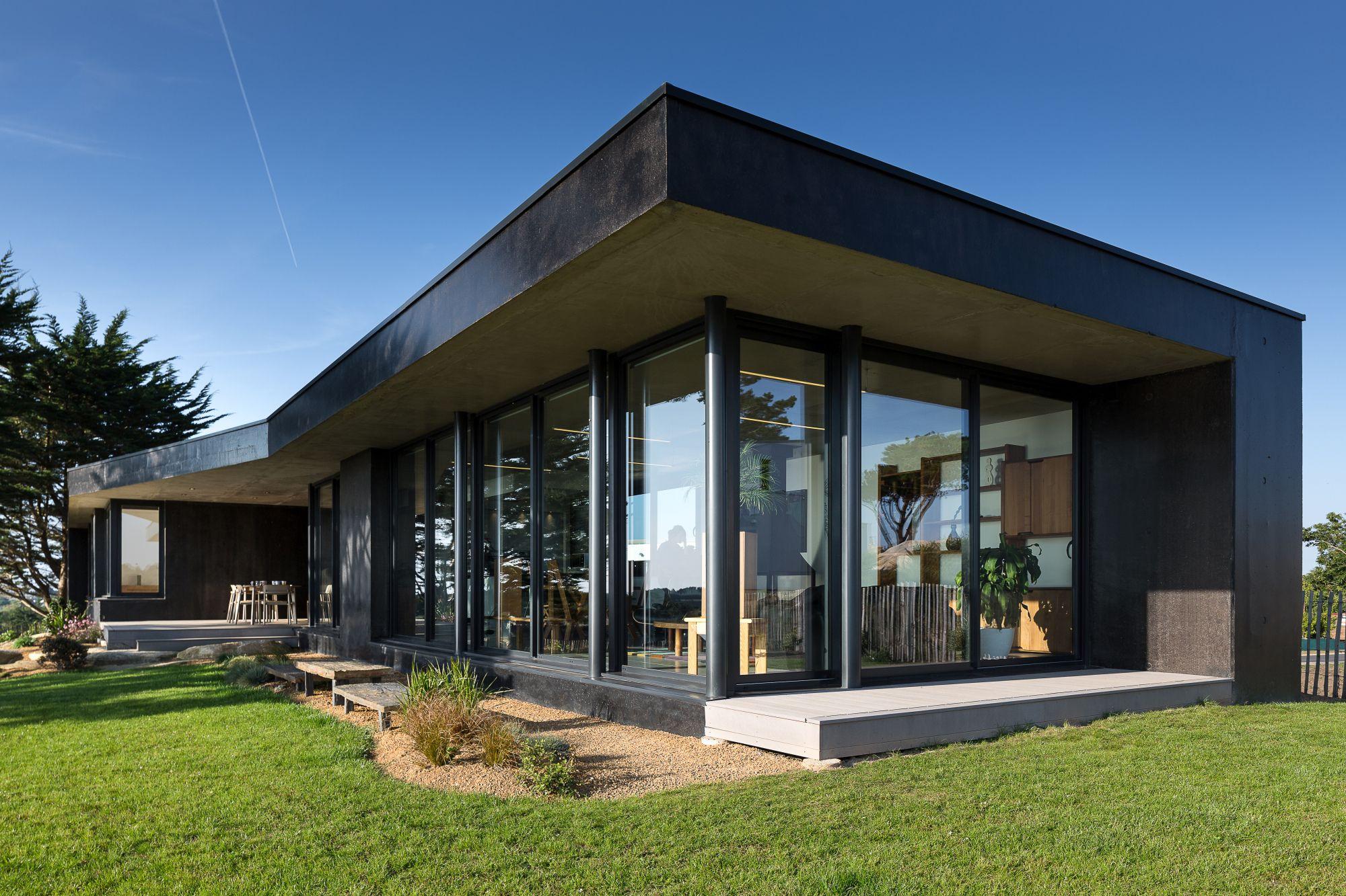 La maison noire sur la colline | Gartenhäuser
