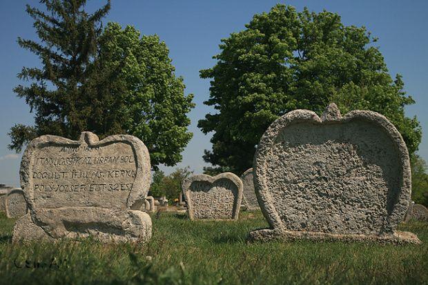A Balatonudvari régi temető szív alakú sírkövei mágnesként vonzzák azokat, akik szeretik a rejtélyeket. A 19. században készült faragványokra eddig teljességgel megnyugtató magyarázat nem született. Máig nem tudjuk, miért készítetek az 1800-as évek elején éppen ilyen formájú sírköveket.  Szeretlek Magyarország