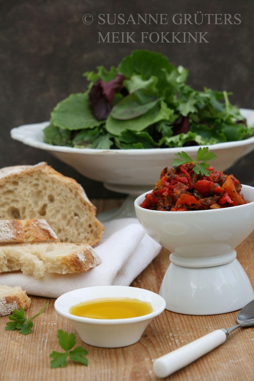Salat, eingelegte Tomaten und Olivenöl