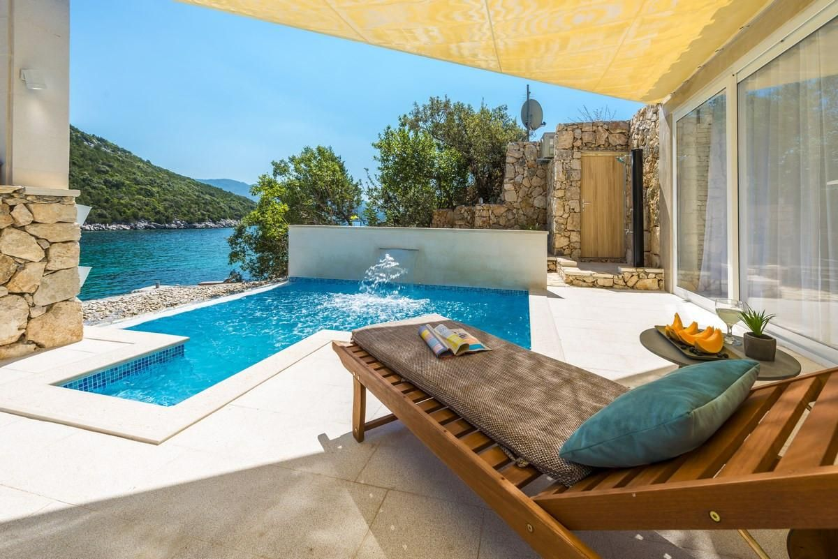 Beautiful Holiday House with Private Pool and Beach in