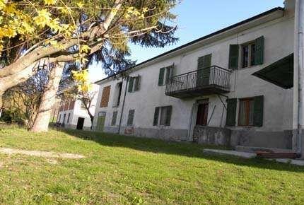 Agenzia Immobiliare I.P.I. (Istituto Proposte Immobiliari) is een plaatselijk makelaarskantoor opgericht in 1994 en gevestigd in Cairo Montenotte.