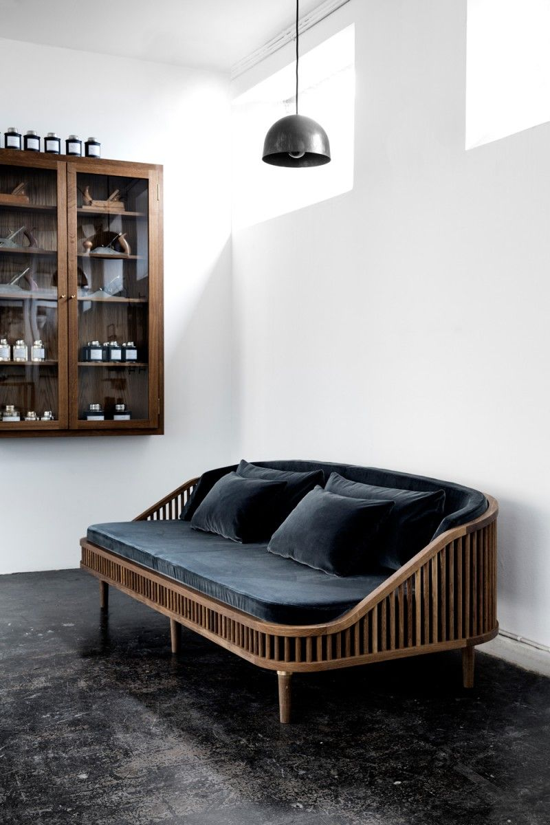 Stylische couch aus bambus gestell und samtpolstern for Stylische sessel
