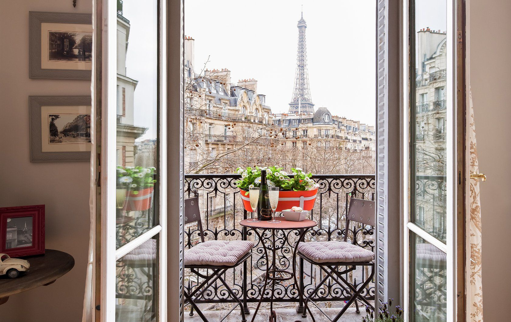 6 Paris Perfect Stays With Seductive Eiffel Tower Views Paris Balkon Paris Eiffelturm Paris Hotels