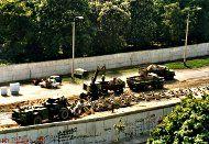 Abbau Von Fahrzeugsperren Auf Dem Sophienfriedhof An Der Bernauer Strasse 1985 Berliner Mauer Gedenken Berlin