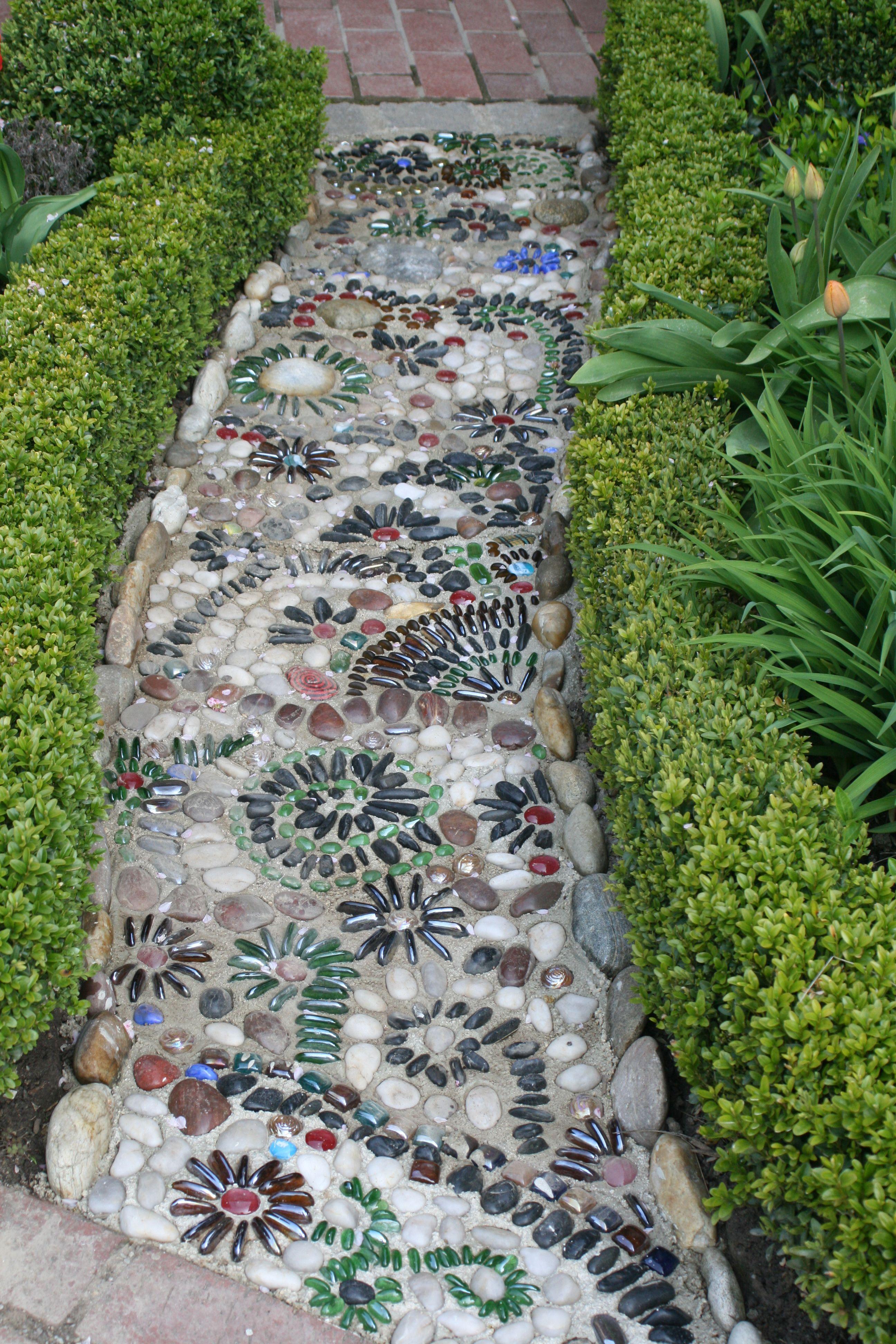 Garten weg aus glas steinen gartenweg mosaic garden for Gartenschmuck aus glas